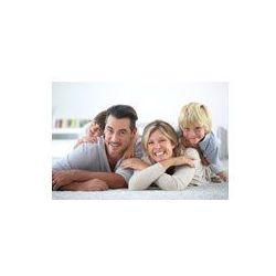 Foto naklejka samoprzylepna 100 x 100 cm - Portret szczęśliwej rodziny leży na dywanie