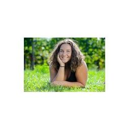 Foto naklejka samoprzylepna 100 x 100 cm - Dziewczyna leży na trawie