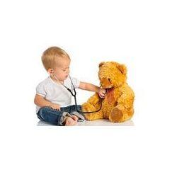 Foto naklejka samoprzylepna 100 x 100 cm - Dziecko gra w lekarza zabawki opatrzone i stetoskop