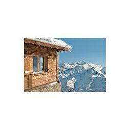 Foto naklejka samoprzylepna 100 x 100 cm - Widok na śnieżny montainand błękitne niebo z domku